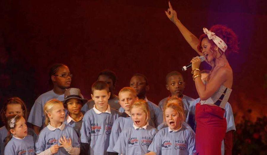 Rihanna était chargée du lancement des illuminations de Noël hier à Londres. La chanteuse était parfaite en chef d'orchestre, autour d'une dizaine d'enfants sous le charme.