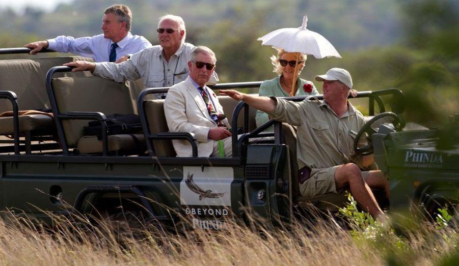En voyage officiel en Afrique du Sud, le prince Charles et Camilla participent à un mini-safari dans la réserve de Phinda, à 350 kilomètres au nord de Durban.