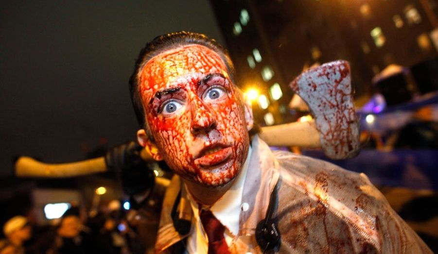 Défilé de zombies, exposition de citrouille et serial-killer pour rires : la fête d'Halloween a battu son plein lors de la traditionnelle parade de Greenwich Village, à New York.