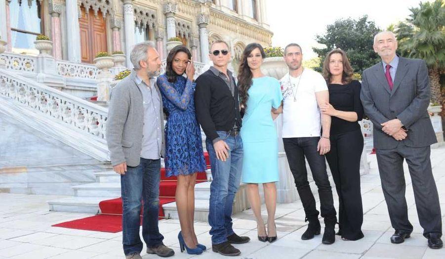 L'équipe du nouveau James Bond, notamment Daniel Craig et les actrices Naomie Harris et Bérénice Marlohe posent devant un palace d'Istanboul, où le tournage a débuté.