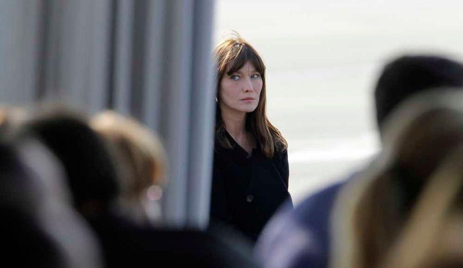 La Première dame de France Carla Bruni-Sarkozy a participé hier à une cérémonie organisée à l'aéroport d'Orly, en mémoire aux huit citoyens français été tués jeudi dernier dans l'attentat à la bombe dans un café touristique très fréquenté de Marrakech, au Maroc.