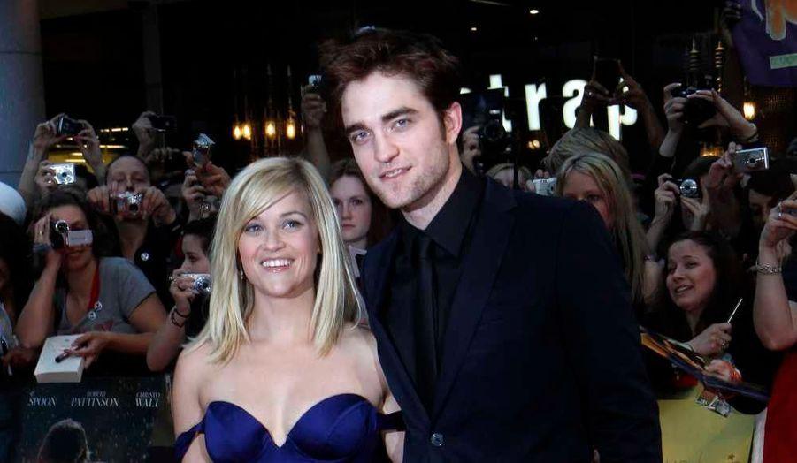 Après New York, Madrid, Berlin ou encore Paris, Robert Pattinson et Reese Witherspoon continuent leur voyage promotionnel à Londres, cette fois, pour leur film De l'eau pour les éléphants.