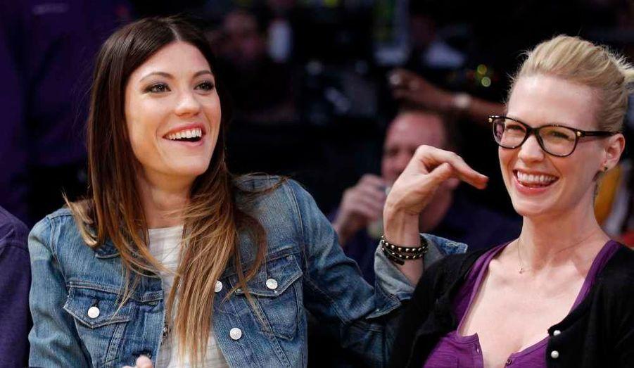 Jennifer Carpenter et January Jones attendant un match des Los Angeles Lakers contre les Mavericks, de Dallas, à L.A.