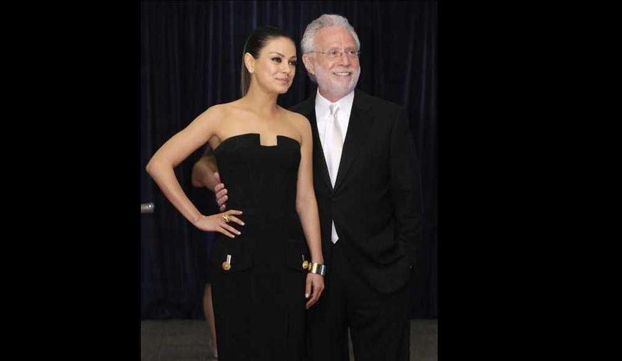 """L'actrice Mila Kunis et Wolf Blitzer, reporter de CNN, ont participé samedi au dîner annuel des """"correspondants de la Maison Blanche""""."""