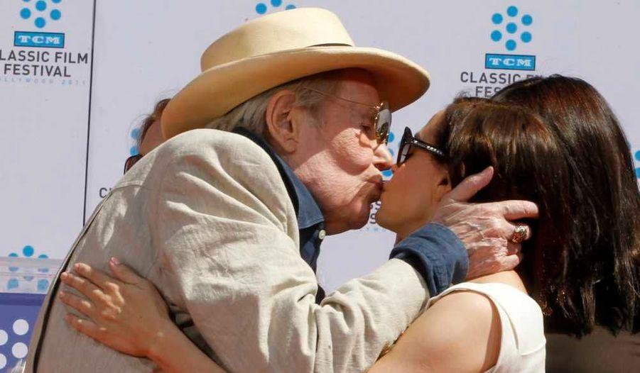 L'acteur d'origine irlandaise Peter O'Toole embrassant la comédienne Rose McGowan lors d'une cérémonie organisée en son honneur au Grauman's Chinese Theatre à Hollywood.