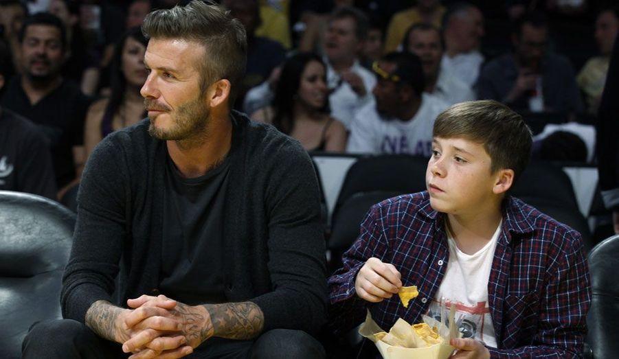 David Beckham et son fils Brooklyn assistent à un match de basketball qui se joue entre les Lakers de Los Angeles et Nuggets de Denvers.