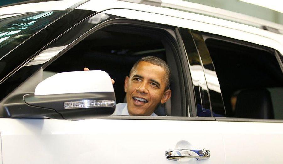 Barack Obama prend place au volant du nouveau modèle Ford Explorer, lors de la Ford Motor Company Assembly Plant de Chicago, hier.