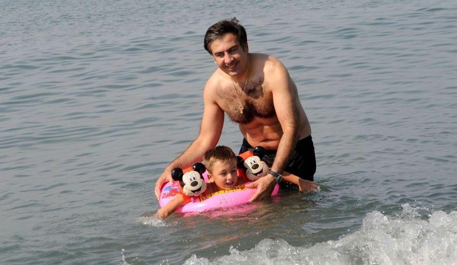 Le président Géorgien Mikheil Saakashvili et son fils Nikoloz passent du bon temps au bord de la Mer Noire, près du village d'Anaklia en Géorgie.
