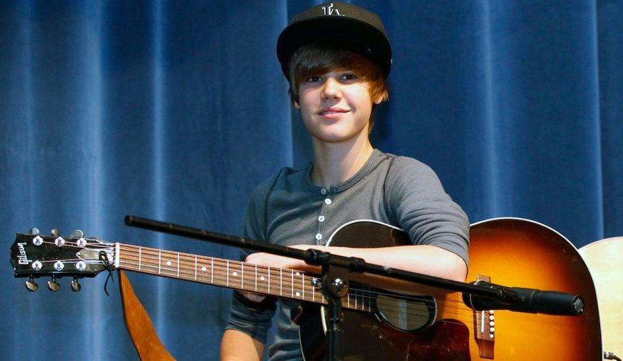 Justin Bieber a donné un concert surprise aux étudiants du lycée Seminole de Sanford, en Floride, après avoir fait un don de 5000 dollars à l'établissement pour soutenir l'éducation musicale.