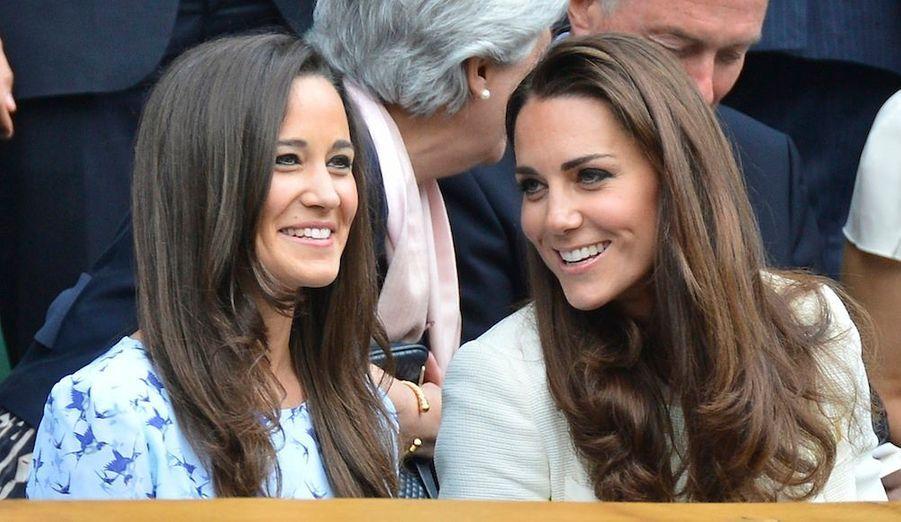 La duchesse de Cambridge et sa soeur Pippa Middleton assistent à la finale du tournoi de Wimbledon, opposantRoger Federer à Andy Murray.