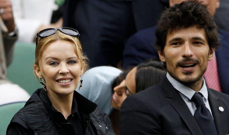 La chanteuse australienne Kylie Minogue et son compagnon Andres Velencoso ont assisté à la demi-finale opposant Roger Federer et Novak Djokovic à Wimbledon.