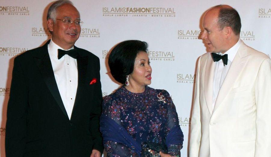 Le Prince Albert II de Monaco accueille le Premier ministre malaisien Najib Razak et sa femme Rosmah Mansor, à leur arrivée au Festival de la mode islamique de Monte Carlo, hier.