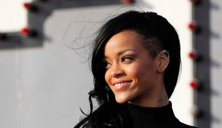 Rihanna, qui ne tient jamais bien longtemps sans changer de coupe et/ou couleur de cheveux, a abandonné le blond qu'elle avait adopté début février pour revenir au noir… La chanteuse de 24 ans a en effet dévoilé sa nouvelle expérience capillaire sur Twitter. Elle a de nouveau opté pour un crâne légèrement rasé sur le côté. Elle a également arboré cette nouvelle image à Tokyo, ce lundi, à l'occasion de la promotion de son premier film, Battleship, sur un pont d'envol du porte-avions USS George Washington à Yokosuka.
