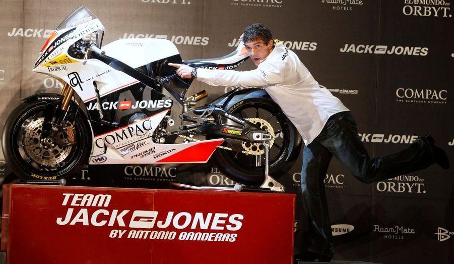 """L'acteur espagnol Antonio Banderas, passionné de motos, a présenté lundi à Madrid son écurie """"Jack&Jones"""" qui va concourir cette saison en Moto2 (600 cc 4 temps), la catégorie qui remplace en 2010 celle des 250 cc."""