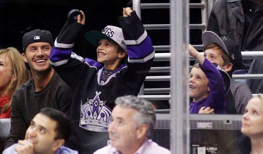 David Beckham a emmené ses fils Romeo, Cruz et Brooklyn, lundi soir à un match de hockey opposant les Oilers d'Edmonton aux Kings de Los Angeles.