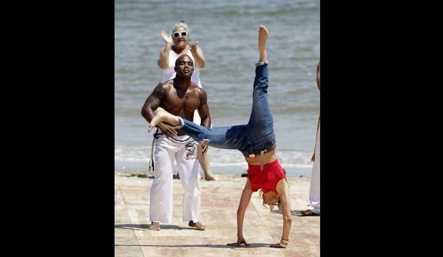 """L'actrice et chanteuse Jennifer Lopez se joint à un groupe de Capoeira pendant le tournage de son émission """"Q'Viva: The Chosen"""" à Ingleses Beach, à Montevideo."""