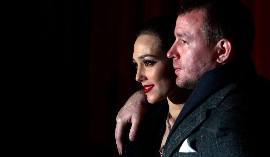 """Le réalisateur Guy Ritchie et sa compagne, le mannequin et actrice Jacqui Ainsley, posent à l'occasion de la première du deuxième volet des aventures de Sherlock Holmes """"A Game of Shadows"""", à Londres."""