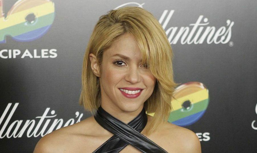 Elle avait craché le morceau sur Twitter: Shakira s'est fait couper sa légendaire tignasse blonde, pour un carré plongeant. Elle a fait sa première apparition publique avec sa nouvelle tête vendredi soir, à l'occasion des40 Principales Awards 2011, à Madrid.