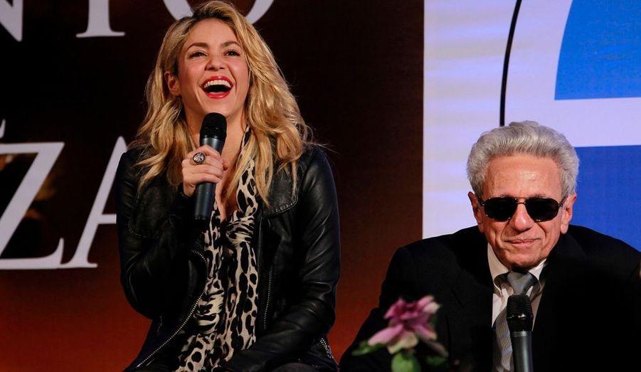 """La chanteuse colombienne Shakira et son père William Mebarak présentent son livre """"In the Wind and at Random"""" (Littéralement, """"Dans le vent et au hasard"""") lors d'une conférence de nouvelles à Bogota"""