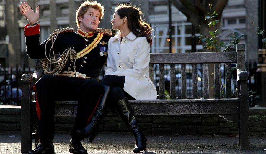Le prince Harry conte fleurette à Pippa Middleton sur un banc de la ville de Londres... ou pas. Il s'agit des sosies des deux faux-amants, pris en photo pour la promotion d'un livre.