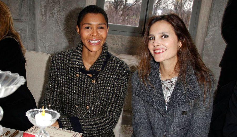 """Ayo et Virginie Ledoyen faisaient partie des prestigieux invités ayant assisté à la présentation de la collection """"Paris-Bombay"""" de Chanel (hors saison), ayant pour but de rendre hommage à toutes les petites mains que comprennent les ateliers de la Maison. En outre, en cette période de crise de la dette, Karl Lagerfeld a voulu que son défilé soit un remède contre la """"morosité""""."""