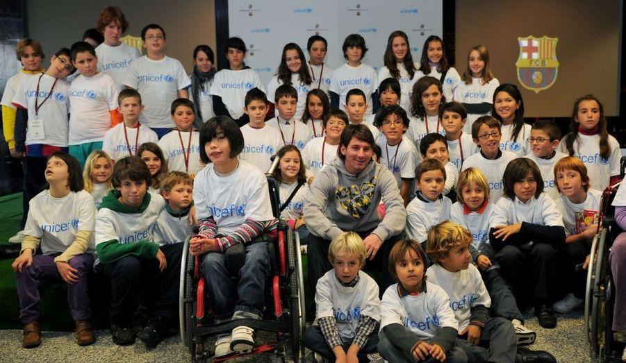 La star du FC Barcelone, Lionel Messi, pose au milieu d'enfants lors d'un évènement caritatif organisé à Barcelone par l'UNICEF.