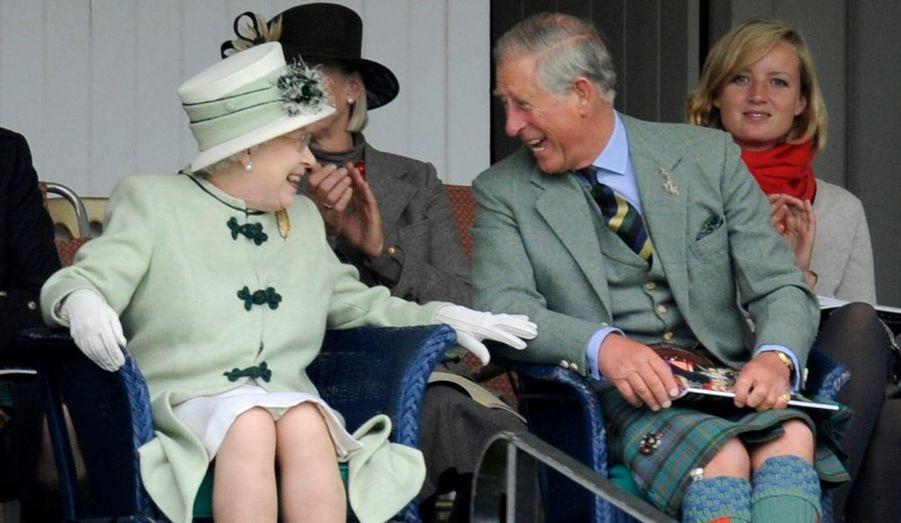 """La Reine Elizabeth et son fils le Prince Charles ont semblé beaucoup rire ce samedi. La famille royale assistait comme chaque premier samedi de septembre au rassemblement de Breamar, en Écosse. Le """"Breamar Gathering"""" est une réunion de jeux des Highlands écossais."""