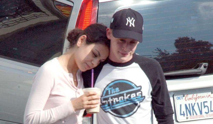 """Après huit ans de relation amoureuse, Macaulay Culkin et Mila Kunis se sont séparés, a confié l'agent de l'actrice à Us Magazine. Macaulay Culkin, 30 ans, est connu pour avoir été l'enfant star d'Hollywood, héros des films cultes """"Maman, j'ai raté l'avion !"""" Après une traversée du désert et quelques déboires personnels incluant des histoires de drogue, Culkin semble reparti d'un bon pied. Mila Kunis, 27 ans, actuellement en promotion du film Black Swan dans lequel elle donne la réplique à Natalie Portman, a fait ses armes dans la série That 70's Show. La rupture, qui date de quelques mois, n'a été officialisée qu'aujourd'hui. L'agent de Mila Kunis a expliqué qu'ils """"restaient de proches amis"""" malgré tout. Sur la photo, le jeune couple très discret avait été """"pris en flag"""" en 2002."""