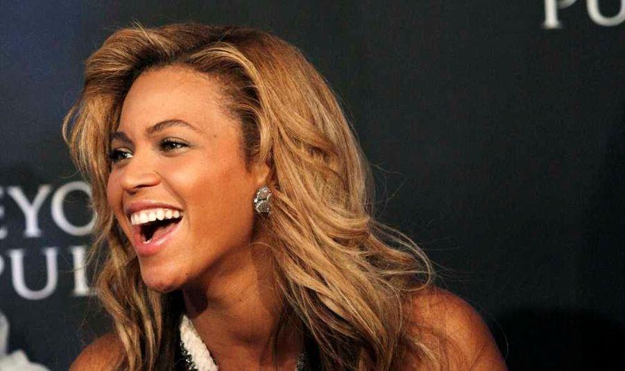 Le couple n'a pas encore officialisé la nouvelle, mais de sources concordantes, Beyoncé et Jay-Z seraient enfin parents! D'aprèsE!News, la chanteuse aurait donné naissance samedi soir à une petite fille prénommée Ivy Blue Carter. La petite fille serait née par césarienne au Lenox Hill Hospital de New York. D'après leNew York Daily News, elle aurait réservé tout le quatrième étage de l'établissement, sous le nom d'Ingrid Jackson, pour 1,3 million de dollars (environ 1 million d'euros).