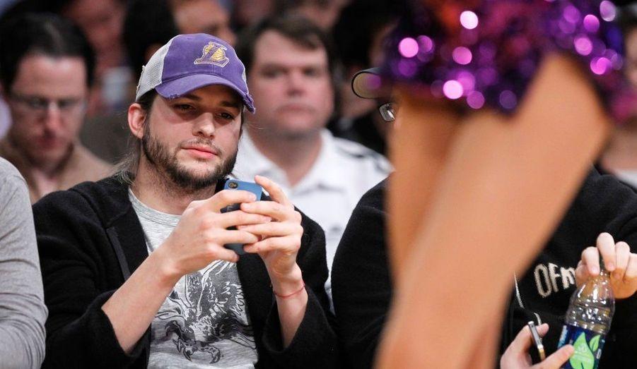 Ashton Kutcher, assistant à un match NBA entre les Los Angeles Lakers et l'équipe des Houston Rockets à Los Angeles.