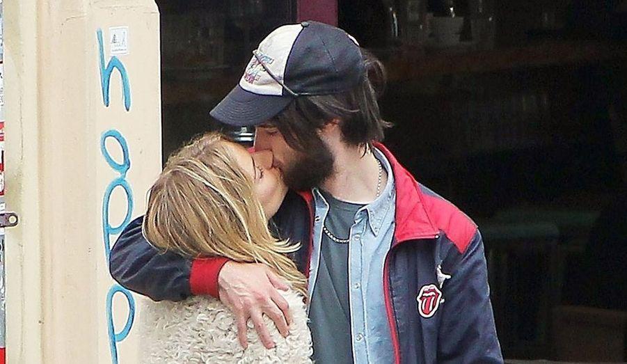 """Sienna Miller serait enceinte de son petit-ami Tom Sturridge, selon des informations publiées par le site Us Weekly. L'actrice de 30 ans et son compagnon de 26 ans, en couple depuis un an, n'auraient toutefois pas l'intention de se marier. Leurs proches n'auraient pas été surpris par la nouvelle. """"Ils sont vraiment bien ensemble"""", a assuré l'indiscret. """"Il est plus jeune qu'elle, mais il est mature et c'est un bon garçon"""", a-t-il ajouté. Les tourtereaux auraient passé leurs vacances à Paris après avoir annoncé la nouvelle à Londres. L'actrice avait quitté Jude Law en février 2011 après sept ans de relation en dents de scie."""