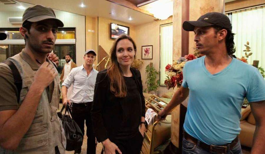 """Angelina Jolie est arrivé mardi en Libye pour une visite de deux jours, afin d'y rencontrer des habitants de Tripoli et Misrata, et des ONG leur venant en aide, a révélé un communiqué transmis à Reuters. """"Je suis venue en Libye pour plusieurs raisons, pour voir un pays en transition à tous les niveaux et assister aux efforts en vue du plein accomplissement de la promesse que porte le printemps arabe"""", a expliqué l'actrice, ambassadrice de bonne volonté de l'ONU. """"Le pays a devant lui plusieurs défis, dont ceux des personnes déplacées, des réfugiés, du règne du droit, du système sanitaire, de la santé et d'autres besoins humanitaires"""", a-t-elle ajouté. Il s'agit du premier voyage de """"madame Brad Pitt"""" dans le pays, mais elle avait déjà rendu visite à des réfugiés libyens à Malte et sur l'île italienne de Lampedusa en juin. Elle s'est par ailleurs rendue en Tunisie, premier pays concerné par le """"Printemps arabe""""."""