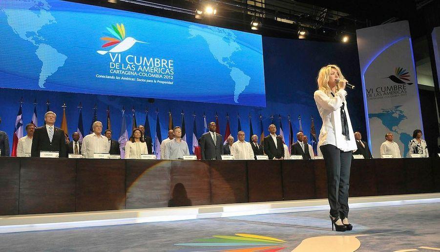 Shakiraachanté samedi l'hymnenational colombienface auxchefs d'Etat,lors de l'ouverturedu Sommetdes Amériquesà Cartagena. A cette occasion, la chanteuse engagéea lancé jeudi un projet de 37 millions de dollars visant à créer des centres de soins pour quelque 6000 enfants.