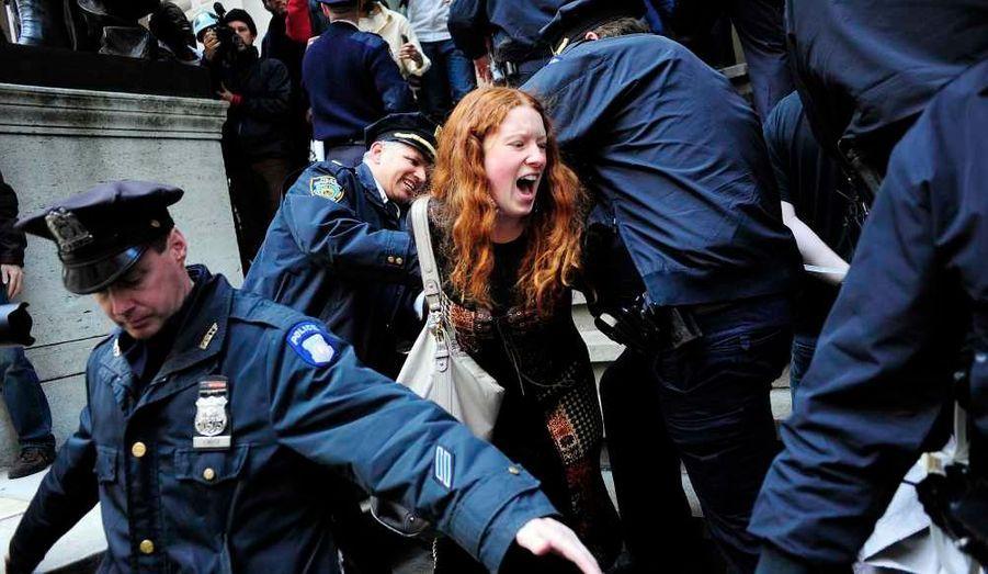 ... à New York, les manifestants du mouvement Occupy Wall Street, continuent, tant bien que mal, d'essayer de se faire entendre...