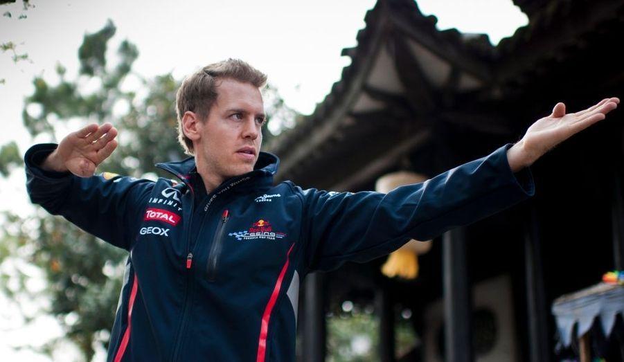 """Le champion de Formule Un Sebastian Vettel lors du tournage du court-métrage promotionnel """"Kung Fu Vettel: Drive of the Dragon"""", à l'occasion du Grand Prix de Chine."""