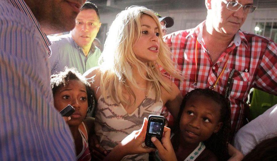"""La chanteuse colombienne Shakira s'est rendue dans son pays d'origine afin d'assister à l'inauguration de son programme nommé """"First Things First"""" à Carthagène. Treize centres éducatifs devraient être ouverts dans tout le pays."""