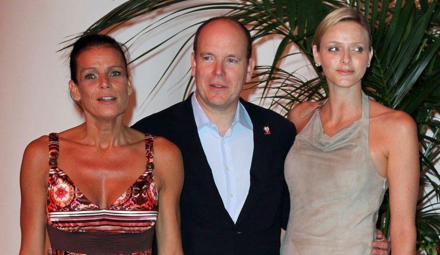"""La Princesse Stéphanie de Monaco pose aux côtés de son frère, le Prince Albert II de Monaco, et de sa fiancée, la nageuse Charlene Wittstock, à leur arrivée au gala de charité en faveur de """"Fight Aids Monaco"""", le 16 juillet 2010."""