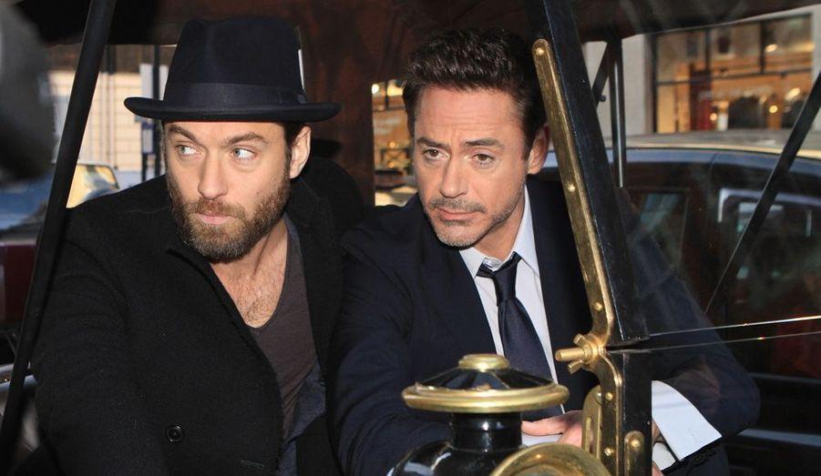 Jude Law et Robert Downey Jr font les pitres lors d'un photocall londonien pour leur film Sherlock Holmes 2: Jeu d'ombres.