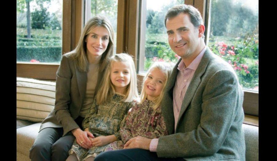 Le prince Felipe et la princesse Letizia d'Espagne posent avec leurs filles pour leur carte de Noël.