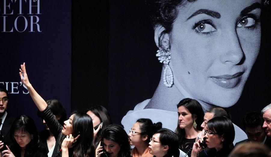 Les joyaux d'Elizabeth Taylor, l'actrice britannico-américaine, se sont arrachés mardi soir à New York, lors d'une soirée d'enchères historique marquée par plusieurs records et des prix souvent dix fois supérieurs aux estimations.Dans la salle bondée de Christie's, et par téléphone, les acheteurs ont surenchéri passionnément pour emporter parures de diamants, émeraudes, saphirs, rubis, et perles de l'une des dernières légendes de l'âge d'or du cinéma hollywoodien, qui n'aimait rien tant que les diamants.En milieu de soirée, alors que la vente continuait, la collection d'Elizabeth Taylor était déjà devenue la collection privée de bijoux la plus chère jamais vendue aux enchères. Elle a rapporté en quatre heures 115,9 millions de dollars.