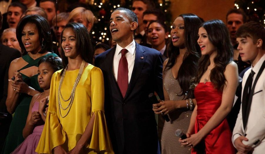"""Barack Obama, Michelle, Sasha et Malia chantent à l'occasion des célébrations """"Christmas in Washington"""" organisées au National Building Museum avec des chanteurs comme Jennifer Hudson, Victoria Justice ou encore Justin Bieber."""