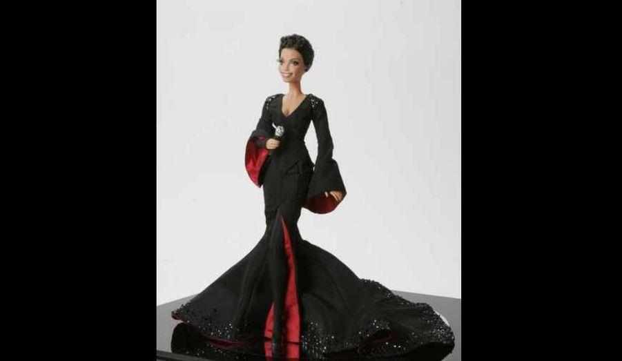 Plus que quelques heures pour acquérir la poupée Barbie Janet Jackson! Réalisée par la firme Mattel, Divinely Janet ressemble trait pour trait à la chanteuse, habillée de sa robe rouge et noire, y compris ses cheveux courts coupés récemment, et ses pommettes marquées. Elle est unique et estimée à 15 000 dollars (environ 10 950 euros) ; la vente aux enchères a lieu jusqu'à ce mercredi sur le site CharityBuzz. Pour l'heure, la dernière offre est de 2800 dollars (environ 2044 euros). Les fruits de sa vente seront reversés au Project Angel Food, qui fournit des repas aux familles affectées par les maladies en phase terminale.