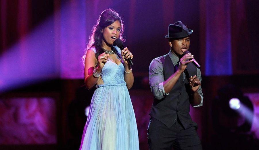 Jennifer Hudson et Ne-Yo, sur la scène du Shrine auditorium de Los Angeles lors de la 43ème cérémonie annuelle NAACP Image Awards, qui récompense les artistes de couleur. Un hommage a été rendu à Whitney Houston, dont les obsèques doivent être célébrées samedi dans le New Jersey.