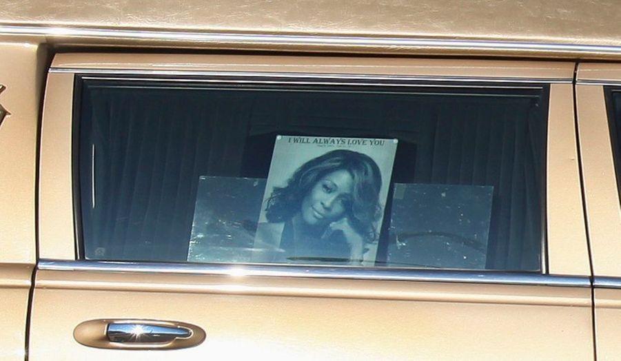 Le corbillard transportant le corps de la chanteuse Whitney Houston est arrivé samedi en milieu d'après-midi (heure française) à l'église New Hope Baptist de Newark, dans le New Jersey.