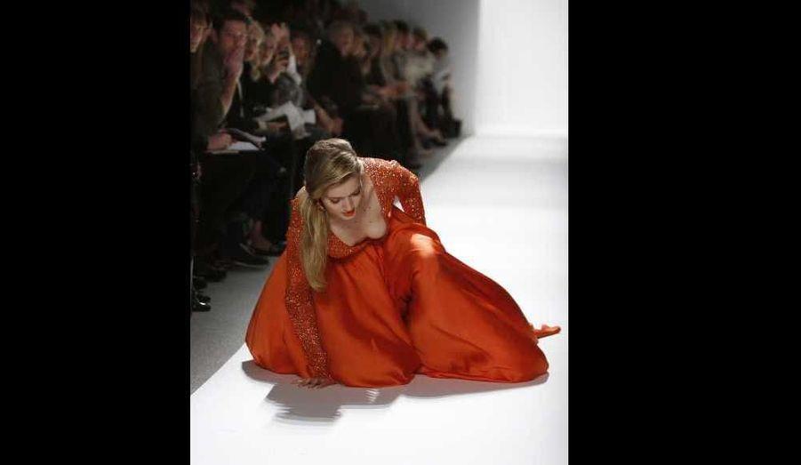 Un mannequin a chuté, mardi, en présentant une création de la collection Automne-Hiver 2012-2013 de Dennis Basso, à la Fashion week de New York.
