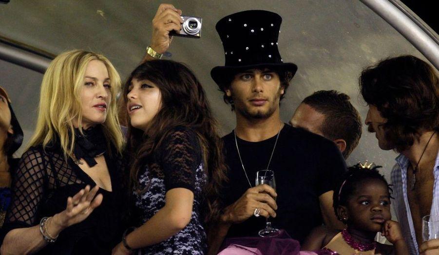 """Comme prévu, Madonna a passé le week-end de la Saint-Valentin au Brésil, avec ses deux enfants et.... Jesus, son """"toy boy"""" dont on la disait séparée. Entre deux bains de soleil sur la sable brésilien, la chanteuse s'est rendue à la résidence officielle du gouverneur de Sao Paulo, Jose Serra, pour parler des éventuelles investissements que Madonna pour faire dans les projets sociaux de la région. Elle a ensuite été reçue par le gouverneur de Rio de Janeiro, Serge Cabral, dans la loge officielle pour assister au célèbre carnaval de Rio."""