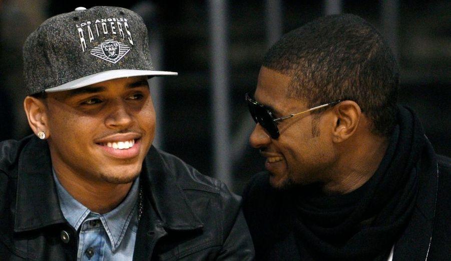 Souvent comparé à Usher, Chris Brown a assisté au match des Los Angeles Lakers en compagnie du chanteur de Yeah, qui est également un de bons amis.