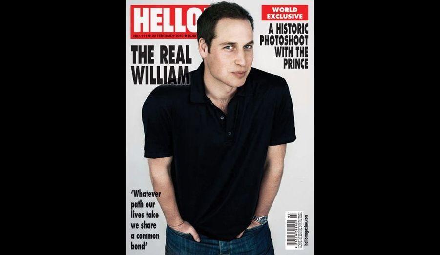 """Simple, en jean et t-shirt, le Prince William fait cette semaine la couverture de Hello Magazine en Angleterre. Si le numéro de l'hebdomadaire est intitulé """"Le vrai William"""", une polémique est née d'un possible """"photoshopage"""". En effet, les cheveux du Prince, qui souffre d'une calvitie naissante, semblent différents..."""