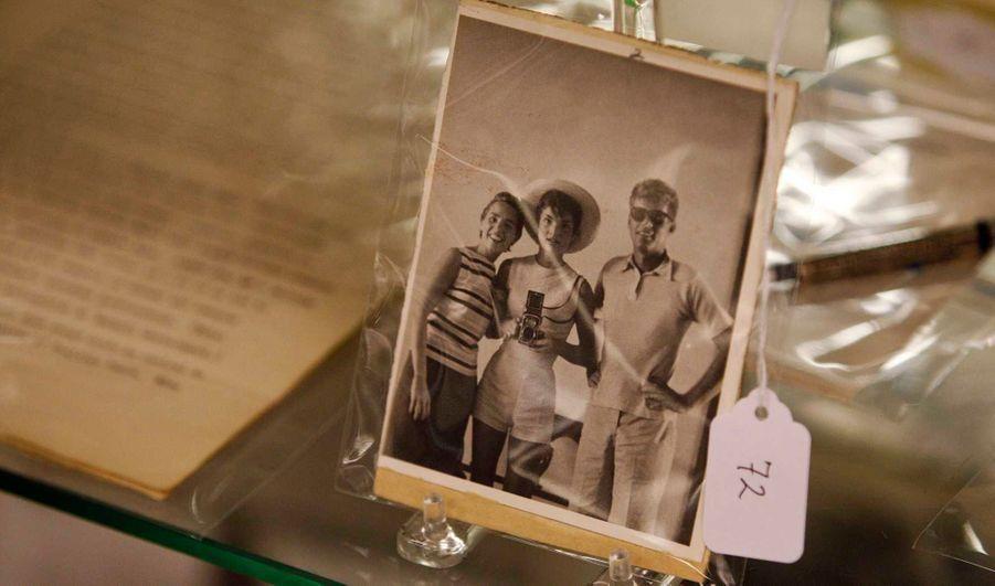 Une photo de Jackie Kennedy, avec JFK et sa sœur Ethel est affichée dans le cadre d'une mise aux enchères à Amesbury, dans le Massachusetts.