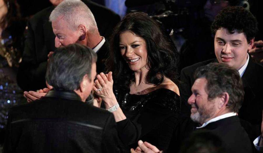 """Catherine Zeta Jones écoute le chanteur Neil Diamond, lors de la cérémonie marquant son intronisation au """"Rock and Roll Hall of Fame"""", le """"Musée et le Panthéon du Rock and Roll"""", à New York."""